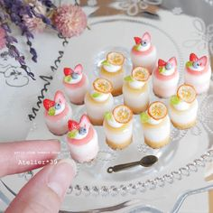 . strawberry and  orange mousse . ちょっぴり涼しげなお菓子が できました(*^^*) フルーツの透明感や、ムースの質感がよく出るよう こだわって作りました( ・◡・ )♫•*¨*•.¸¸♪ オレンジはちょっとドライな感じで…♡… Tiny Food, Fake Food, Miniature Crafts, Miniature Food, Crea Fimo, Barbie Food, Sugar Candy, Mini Craft, Polymer Clay Miniatures
