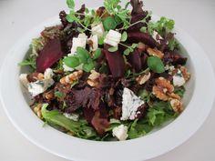 Tinskun keittiössä: Pähkinäinen punajuuri- juustosalaatti Feta, Salad, Drink, Party, Beverage, Salads, Parties, Lettuce, Drinking