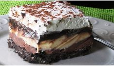 Copycat Dairy Queen Ice Cream Cake - Better than any DQ cake and its much cheaper too! The homemade fudge layer is so yummy and you can customize it with your favorite ice cream, etc. Makes a 13 X 9 pan-full of frozen goodness! Greek Sweets, Greek Desserts, Desserts Menu, Ice Cream Desserts, Frozen Desserts, Dessert Recipes, Dairy Queen, Cat Ice Cream, Homemade Fudge