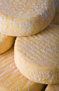 Il cevrin di Coazze, un formaggio caprino rustico piemontese.---§§§--- The Cevrin Coazze, a rustic goat cheese from Piedmont.
