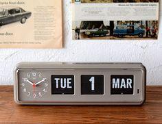 TWEMCO ラジオコントロールカレンダークロック BQ-38 世界各国の銀行や郵便局、貿易会社などで使われているトゥエンコのパタパタ式クロック。 時間を知らせるという時計本来の機能を追求し、装飾を削ぎ落とした美しく、カッコいい デザインです。TWEMCOの代名詞でもあるパタパタと変わるカレンダーは他の時計には ない存在感を放ちます。背面には壁掛けでも使えるフックホールが空いています。