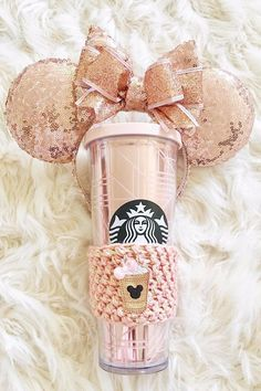 This Geometric Rose Gold Tumbler Might Be the Prettiest Starbucks Cup Yet When we discovered the glittery and sequined Starbucks merchandise that went viral in November, we thought we'd reached peak glam with our coffee paraphernalia Starbucks Cup, Starbucks Tumbler, Copo Starbucks, Starbucks Secret Menu, Disney Starbucks, Starbucks Gift Ideas, Starbucks Water Bottle, Starbucks Merchandise, Disney Collection