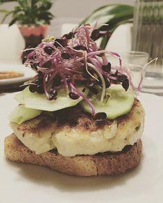 Hamburguesa de lluç amb brots de rave! 😋😋😋 #fishhamburger #handmade #receptessaludables #receptes #menjarsaludable #menjarsà #healthymeals #healthyfood #healthyrecipes #healthylife #eco #bio #recetassanas #recetassaludables  Yummery - best recipes. Follow Us! #healthyrecipes