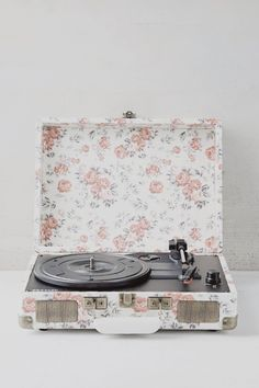 2. contrary to this aesthetic, i've never used a record player before. thinking about asking for one for my birthday, because i've noticed that way more albums than you'd think come out as records.