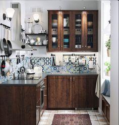Pour rehausser une cuisine authentique et peut-être un peu sombre, pour lui insuffler un vent de modernité et la colorer un peu, la bonne solution est d'adopter une crédence de cuisine originale. En choisissant une crédence à motifs, comme ici avec un motif carreaux de ciment, ou une crédence colorée, vous donnez à votre cuisine une allure unique !