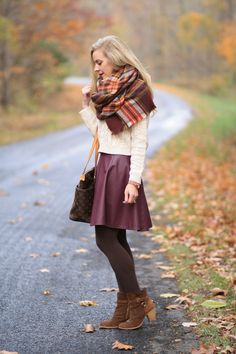 New brown ankle boats outfit winter tights scarfs Ideas Casual Winter Outfits, Fall Outfits, Fashion Outfits, Outfit Winter, Winter Outfits With Skirts, Autumn Skirt Outfit, Burgundy Skirt Outfit, Blazer En Tweed, Leather Skater Skirts
