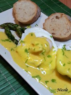 OUA POSATE CU SPARANGHEL SI SOS OLANDEZ Frittata, Chicken Recipes, Food And Drink, Vegan, Cooking, Breakfast, Healthy, Pies, Kitchen