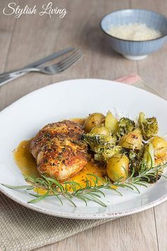 Paprika Chicken with Vegetables. Paprika chicken in white wine sauce with thyme and oven vegetables. (in German with translator) Chicken White Wine Sauce, A Food, Food And Drink, Oven Vegetables, Poultry, Chicken Recipes, Turkey, Low Carb, Cooking