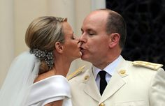12 of the Most Awkward Wedding Kiss Photos of All Time