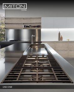 Un diseño dinámico que incluye gabinetes de pared, ofreciendo un equilibrio de acabados: madera clara y el acero. #miton #TopKitchen