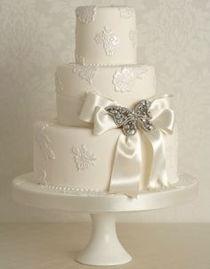 lace brooch wedding cake