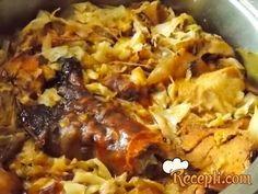 Recept za Kuvan kupus sa slavskim pečenjem. Za spremanje ovog jela neophodno je pripremiti kupus, luk, šargarepu, lovor, mast, pečenje, biber, alevu papriku, raso.