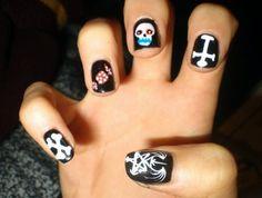 Unhas black metal para o #halloween http://vilamulher.terra.com.br/inspirese-unhas-de-halloween-9-3416368-110161-pfi-rafaellamaia.html