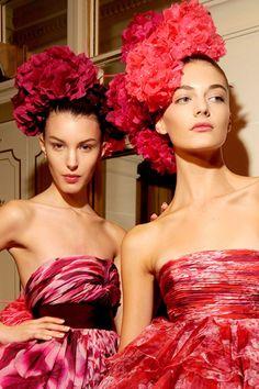 Tocados Flower Headpiece, Headdress, Red Fashion, Fashion Show, Fashion Hats, Backstage, Gala Dresses, Formal Dresses, Tiaras And Crowns