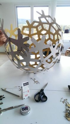 Make a lampshade diy inspired by our beautiful ideas - Fashion And Hairstyle Make A Lampshade, Paper Lampshade, Lampshades, Lampshade Ideas, Diy Lustre, Driftwood Lamp, Plastic Art, Do It Yourself Crafts, Creative Decor