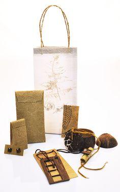 """A Cipó é uma joalheria fictícia que tem como objetivo criar joias que aliam luxo a materiais naturais, através de seu design próprio. Dispensando o visual """"artesanato"""", a empresa procura valorizar as sementes, pedras, folhas e outros elementos que estão d… Smart Packaging, Jewelry Packaging, Packaging Design, Miniatures, Textiles, Pattern, Bags, Behance, Wood"""
