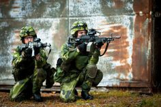 Swedish Army Infantryman holding their assault rifle and Kulspruta (FN Minimi) light machine gun. Military Police, Military Art, Light Machine Gun, Swedish Army, Army Life, Female Soldier, Assault Rifle, Rifles, Armed Forces