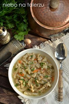 Z flakami jest ja z wątróbką. Niektórzy za nimi przepadają, inni otrząsają się z obrzydzenia na samo wspomnienie. Dzięki przemysłowym metodom oczyszcania Polish Soup, Thai Red Curry, Eat, Cooking, Ethnic Recipes, Garlic, Food, Stew, Kochen