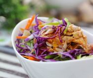 (Salad Cá Hồi) - Salad Salmon is not only easy, but also really healthy. You can serve it for your family breakfast and lunch. Vietnamese Salad Recipe, Easy Vietnamese Recipes, Vietnamese Cuisine, Squid Salad, Happy Cook, Salmon Salad, Tuna Salad, Daily Meals, Salmon Recipes