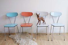 4 retro keukenstoelen. Vintage formica stoeltjes, turquoise, zalm/donker roze, wit en lichtblauw.   Kekke meubels   Flat Sheep