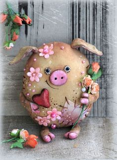 Nachrichten, You are in the right place about biscuits de nol Here we offer you the most beautiful pictures about the potes decorados com biscuits you are looking for. When you examine th Pig Crafts, Felt Crafts, Diy And Crafts, This Little Piggy, Little Pigs, Educational Toys For Toddlers, Pig Art, Cute Piggies, Clay Miniatures