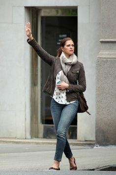 princess madeleine of sweden - like the feminine shirt with the jeans and jacket Diana Fashion, Royal Fashion, Sport Fashion, Love Fashion, Sweden Fashion, Princess Charlene, Swedish Royals, Pretty Outfits, Everyday Fashion