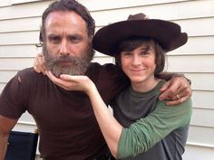 The Walking Dead Father and son, Andrew Lincoln & Chandler Riggs Andrew Lincoln, Carl The Walking Dead, The Walking Dead Tv, Chandler Riggs, Carl Grimes, Norman Reedus, Carl And Enid, The Walkind Dead, Style Hipster