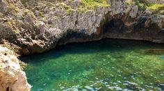 Un'insenatura sotto Ponte Ciolo, dove l'acqua è verde smeraldo e luccicante come una pietra preziosa.  www.nelsalento.com   - Salento Puglia
