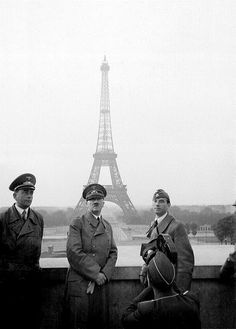 1940, France, Paris, Adolf Hitler pose devant la Tour Eiffel. Le 23 juin 1940. A gauche, Albert Speer, à droite, le sculpteur Arno Breker en uniforme de la SS
