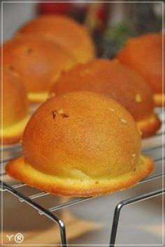 With a runny cookie toping. Sweets Recipes, Bread Recipes, Cooking Recipes, Cooking Bread, Bread Baking, Japanese Bread, Doughnut Muffins, Sweet Buns, Bread Bun