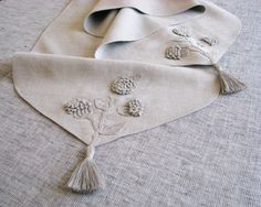 Light gray linen table runner decorated with stylized, handmade, flowering tree branch motifs in crochet and natural linen yarn tassels . Crochet Gifts, Crochet Baby, Bordados E Cia, Handmade Table, Handmade Gifts, Crochet For Beginners, Decoration Table, Natural Linen, Crochet Flowers