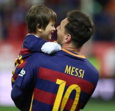 Y aquí vemos a ambos Messi en uNA imagen rebosante de complicidad. FOTO: PEP MORATA - MD