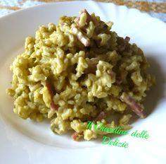 Il risotto in crema di piselli è un primo fine e delicato, insaporito da prosciutto cotto e panna, delizioso e raffinato pur nella sua grande semplicità.
