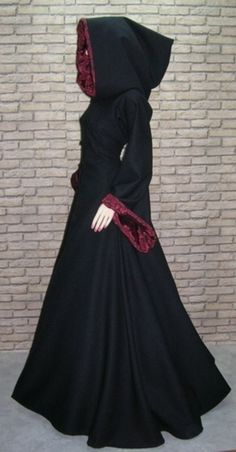 'A dream of a black jacket, warm soft shell fabric in black lining in the sleeves and the hood with a wonderfully rich dark red Fuutterstoff with woven black roses' this is amazing and so witchy! Medieval Dress, Medieval Gothic, Victorian Gothic Fashion, Medieval Witch, Gothic Coat, Fantasy Dress, Costume Design, Mantel, Ideias Fashion