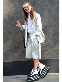 Blogger Riccardo Simonetti mag's außergewöhnlich. Keine Überraschung also, dass sein Street-Style während der Fashion Week Berlin alles andere als langweilig ist. Das Internet-Starlet kombiniert eine Metallic-Jacke zu passenden Oversize-Shorts. Dazu trägt er Retro-Turnschuhe mit XXL-Plateau.