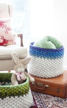 Beautiful color block crochet baskets - free pattern! | www.1dogwoof.com