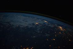 12/06/2014 -  San Paolo (a destra) e Rio de Janeiro (al centro) viste dalla Stazione Spaziale Internazionale, in una foto scattata dall'astronauta statunitense Reid Wiseman e diffusa dalla NASA