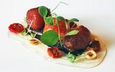 Tomates en texturas sobre anchoas y olivas negras de Iñaki Olazabalaga