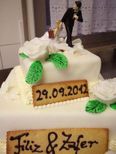 Edle Hochzeits-Torte aus Massa Ticino mit weißen Rosen.