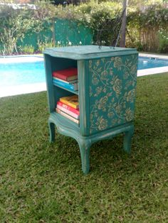 MESA DE LUZ FRANCESA ROSAS SOBRE TURQUESA Funky Painted Furniture, Chalk Paint Furniture, Deco Furniture, Recycled Furniture, Furniture Making, Furniture Makeover, Vintage Furniture, Furniture Design, Cool Chairs