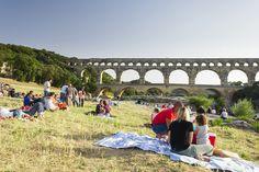 LES RENDEZ-VOUS À LA RIVIÈRE, la plage du Pont du Gard est le lieu idéal pour pique-niquer et se détendre près du Gardon. Photo : A. Rodriguez