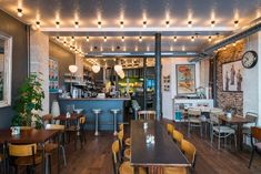 Le Coffee Club, 87 rue d'Assas, 75006 Paris, ouvert tous les jours de 8h à 2h, sauf le dimanche soir et  le lundi soir. Entrées de 6 à 13,50€, plats de 12,50 à 22€, desserts entre 6 et 8,50€, menus à emporter entre 7,50 et 12,90€