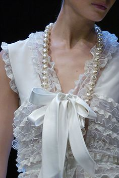 Valentino Fall 2005 ((Pearls and Lace, Nothing More Beautiful)) Couture Details, Fashion Details, Look Fashion, Womens Fashion, Fashion Design, Glamour, 30 Outfits, Pearl And Lace, White Fashion