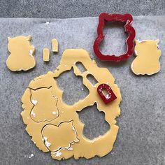 Royal icing cookie DIY: Rainbow cute waving cats – Confetti Fair