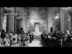 """""""La visita que el Papa hará el sábado a la parroquia de Ognissanti de Roma tiene mucha historia. Francisco va a recordar la Misa que allí mismo celebró el Papa Pablo VI el 7 de marzo de 1965, hace justo 50 años. Era la primera Misa que celebraba en público en un idioma distinto del latín.   Pablo VI usó por primera vez un misal que alternaba el latín y el italiano. Y es que el Concilio Vaticano II había propuesto usar además del latín, los idiomas de la gente del lugar...""""."""