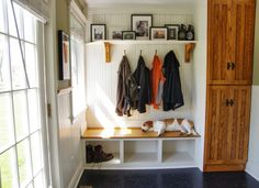 Loving the use of black and white in this mudroom! /ES