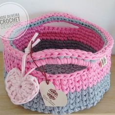 Mas detalhes do todo fofo  na loja tem dele em outras cores  Faço sempre por encomenda, nunca fico com esse modelo parado aqui  #crochet #basket #cestodemalha #trapillo #fiosdemalha Crochet Art, Crochet Patterns, Crochet For Beginners, Lana, Diaper Bag, Diy And Crafts, Baby Shoes, Textiles, Photo And Video