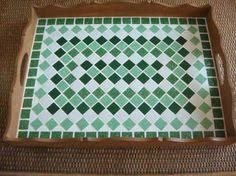 bandeja com mosaico ile ilgili görsel sonucu Mosaic Tray, Mosaic Tiles, Free Mosaic Patterns, Mosaic Crafts, Square Tables, Mosaic Designs, Craft Gifts, Stained Glass, Craft Projects