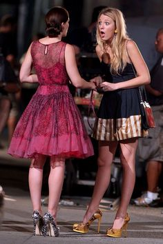 : Photo Blake Lively and Leighton Meester share a shocking moment on the set of their hit show Gossip Girl on Thursday (August in New York City. Gossip Girls, Moda Gossip Girl, Estilo Gossip Girl, Gossip Girl Outfits, Gossip Girl Fashion, Blake Lively Gossip Girl, Estilo Blair Waldorf, Blair Waldorf Outfits, Leighton Meester