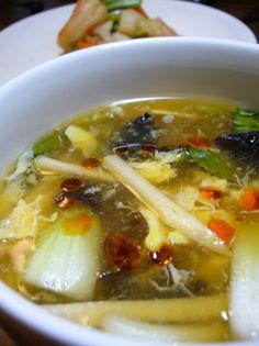 ふわふわたまごの酸っぱいスープ。ワンタンやご飯を入れて食べると美味しいです。
